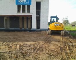 Grond- & Afbraakwerken Mues bvba - Kersbeek-Miskom - Glabbeek : ophogen terrein voor het aanleggen van oprit en parking